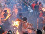 tradisi-perang-api-ini-dijalankan-umat-hindu-di-mataram_20180317_092440.jpg