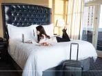 traveler-bersantai-di-hotel.jpg