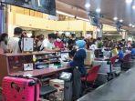 turis-asal-china-sedang-check-in-di-konter-batik-air-di-bandara-hang-nadim-batam.jpg
