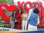 turis-asal-tiongkok-melakukan-foto-di-ikon-ikon-kota-tanjungpinang_20170330_121907.jpg
