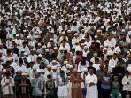 umat-muslim-melaksanakan-salat-idul-fitri.jpg
