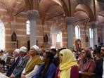 umat-muslim-memadati-sebuah-gereja-perancis_20160801_161604.jpg