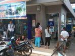 warga-antre-di-bank-rakyat-indonesia-bri-komplek-sentosa-plaza-sp.jpg