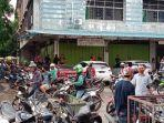 warga-berkerumun-ingin-lihat-langsung-kondisi-kedai-kopi-di-sei-jodoh.jpg