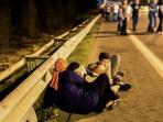 warga-berlindung-ketika-bentrokan-terjadi-saat-militer-turki-istanbul_20160716_090934.jpg