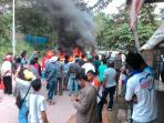 warga-kampung-bengkong-harapan-swadaya-protes-bakar-ban_20161108_123554.jpg