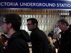 warga-london-berdesakan-di-sebuah-stasiun-kereta_20170109_165528.jpg