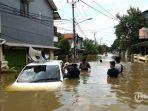 warga-melintasi-banjir-86.jpg