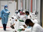 warga-uni-emirat-arab-antre-untuk-menjalani-uji-coba-vaksin-sputnik-v.jpg