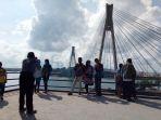 wisatawan-berfoto-dengan-latar-jembatan-barelang_20170101_101648.jpg
