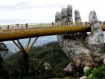 wisatawan-berjalan-menyusuri-jembatan-emas_20180802_130820.jpg