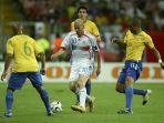 zinedine-zidane-dalam-kepungan-pemain-brazil-di-piala-dunia-2006.jpg