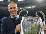 zinedine-zidane-dengan-trofi-liga-champions_20180528_140146.jpg