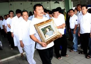 Foto-Foto Wagub  Melayat Orangtua Asmin dan Saptono - Wagub_diacara_Pemakaman_Ortu_Asmin_dan_Saptono5.jpg
