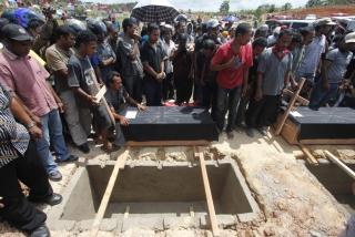 BERITA FOTO: Pemakaman 4 Anak Yang Ditemukan Meninggal Bertumpuk Dalam Mobil Rusak - 02012013_Hukrim_Pemakaman_Argi_18.JPG