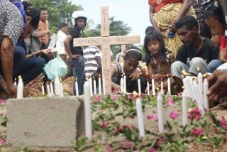 BERITA FOTO: Pemakaman 4 Anak Yang Ditemukan Meninggal Bertumpuk Dalam Mobil Rusak - ok_02012013_Hukrim_Pemakaman_Argi_10.jpg