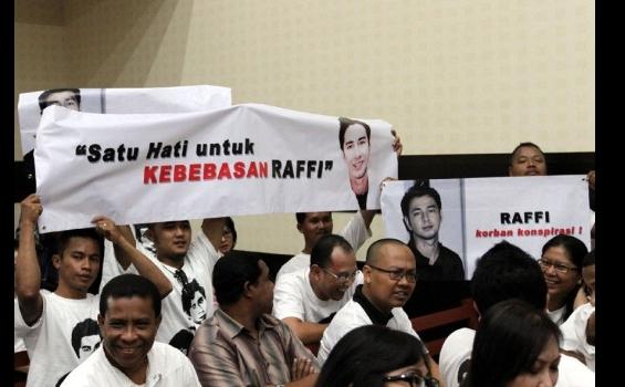 Raffi Ahmad Kerja Seperti Office Boy di Tempat Rehabilitasi Lido Jawa Barat - raffi_ahmad_sidang_praperadilan_di_pn_jakarta_timur2_0503_2013_heru.jpg