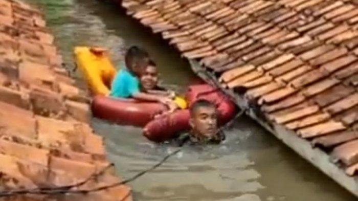 Video Aksi Heroik 2 Anggota Marinir Berenang Mengevakuasi Balita Terjebak Banjir Setinggi Atap Rumah