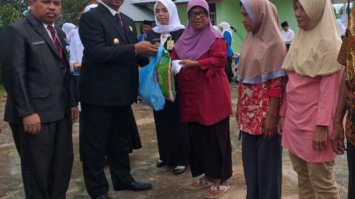 Kemenag Belitung Timur Bagi Sembako kepada 40 Dhuafa Peringati HAB ke-74
