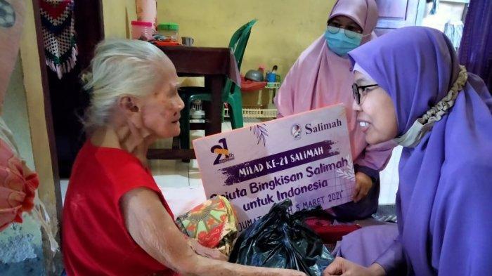 Nek Tis Senang Dapat Bantuan Sembako dari Salimah Belitung Timur