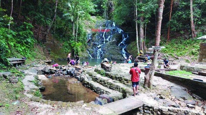 Objek wisata Gurok Beraye Gunong Tajam di Desa Kacang Butor, Kecamatan Badau, Kabupaten Belitung, Sabtu (6/3/2021).