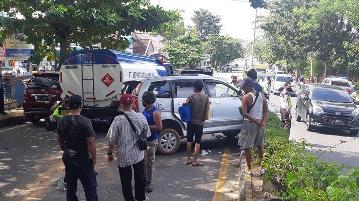 Tabrakan Beruntun Tiga Mobil Ringsek, Mobil Avanza Diseruduk Truk Tangki Naik ke Pembatas Jalan