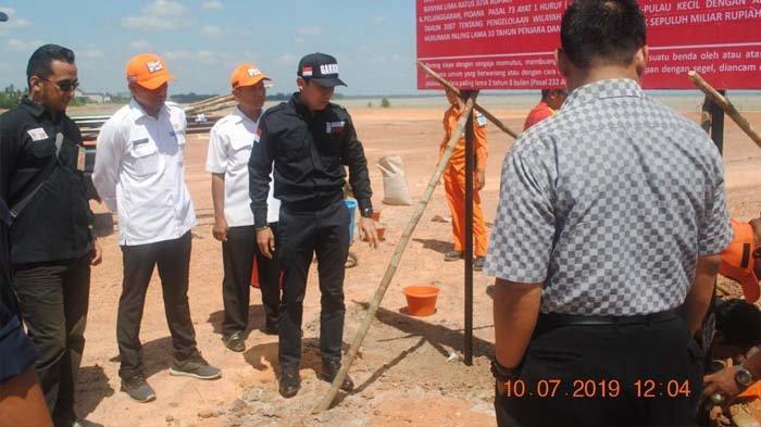 Tim Direktorat Jenderal Penegakan Hukum Kementerian Lingkungan Hidup dan Kehutanan saat melakukan penindakan di area reklamasi pantai tanpa izin di Tanjung Pendam, Kabupaten Belitung pada Rabu (10/7/2019) lalu.