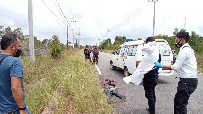 Orang tidak dikenal tergeletak di tepi jalan di perbatasan Gantung-Manggar, Senin (5/4/2021) siang pukul 11.15 WIB.