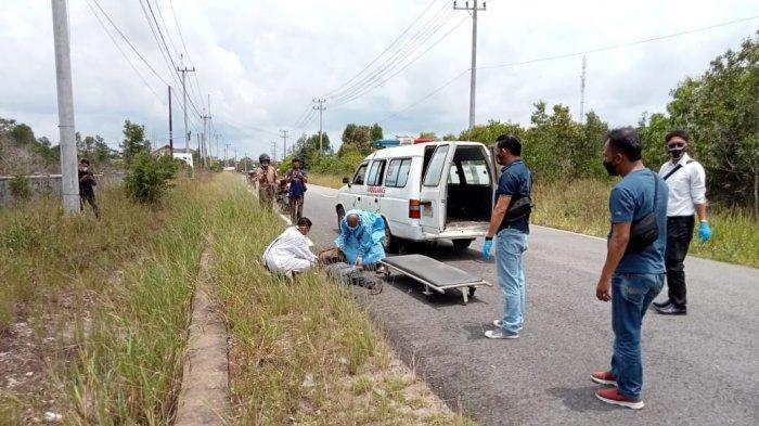 Sugiharto saat dievakuasi petugas kesehatan dan polisi ke IGD RSUD Belitung Timur, Senin (5/4/2021)