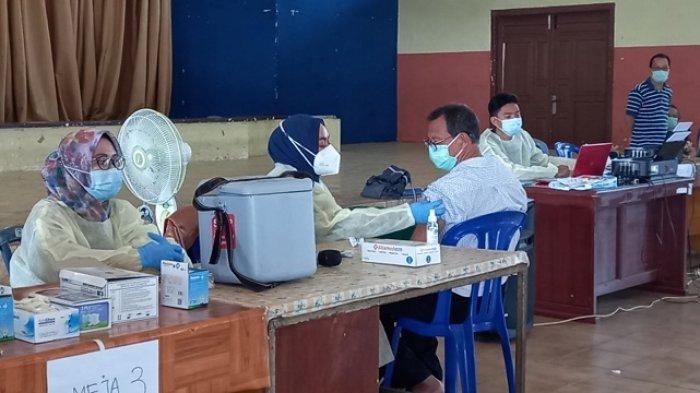 Suasana vaksinisasi kepada pedagang pasar di Gedung Nasional, Tanjungpandan. Belitung, Sabtu (17/4/2021).