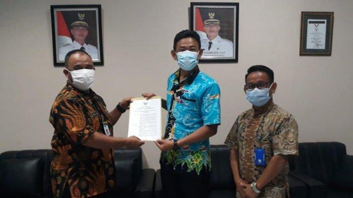 Penyerahan Surat Keputusan (SK) sebagai Desa Wisata Agro dari Bupati Bangka