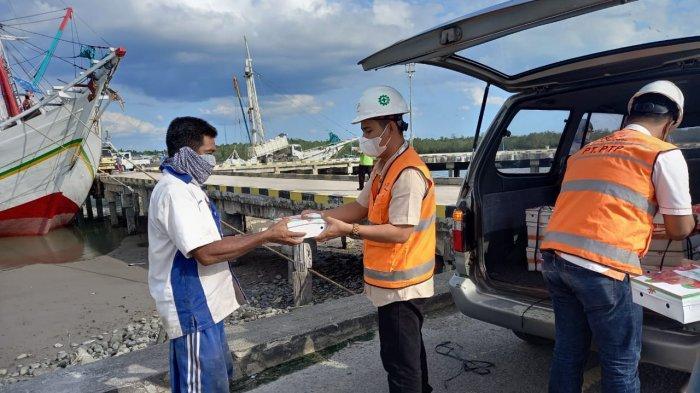 Pegawai IPC Pelindo II Cabang Tanjungpandan membagikan takjil kepada masyarakat, Kamis (22/4/2021)