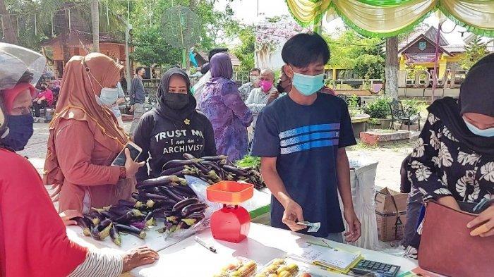 Nek Arsi Ngontel Berburu Daging di Pasar Murah di Manggar, Belinya Petai dan Cabai Merah