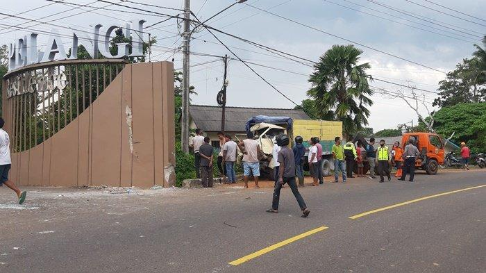 Kecelakaan Lalu Lintas Tunggal, Truk Hantam Plang Nama Perumahan, Ceceran Darah Melekat di Dinding
