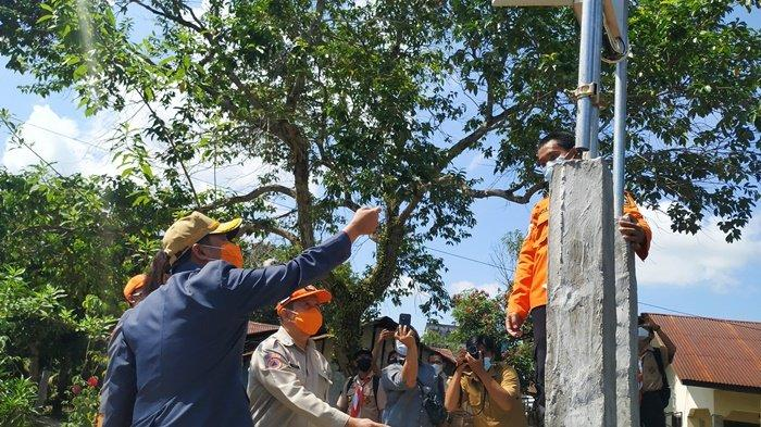 Sekretaris Daerah Kabupaten Belitung MZ Hendra Caya menyalakan alat deteksi banjir di Kampung Amau, Kelurahan Parit, Senin (26/4/2021). Posbelitung.co/Adelina Nurmalitasari