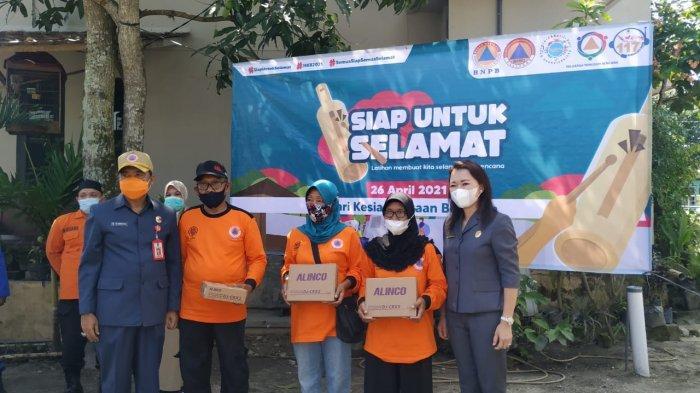 Anggota DPRD Belitung Vina Cristyn Berikan Radio HT Buat Satgas Penanggulangan Bencana