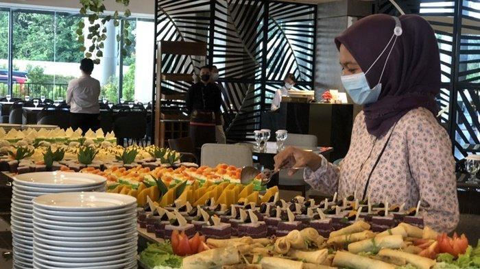 Tamu saat mengambil hidangan berbuka puasa di Hotel BW Suite Belitung, Rabu (28/4/2021)