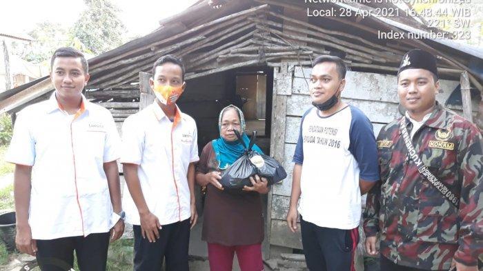 Penyerahan bantuan oleh PDPM Belitung Timur kepada penerima manfaat, Rabu (28/4/2021). Ist.PDPMBeltim