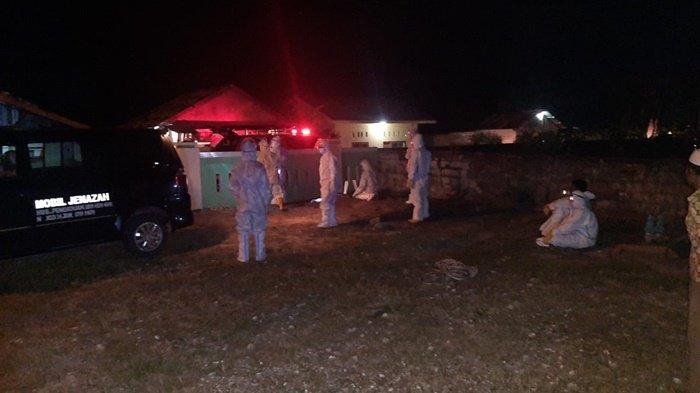 Petugas BPBD Belitung Timur saat menguburkan pasien meninggal karena covid-19, Jumat (30/4/2021)