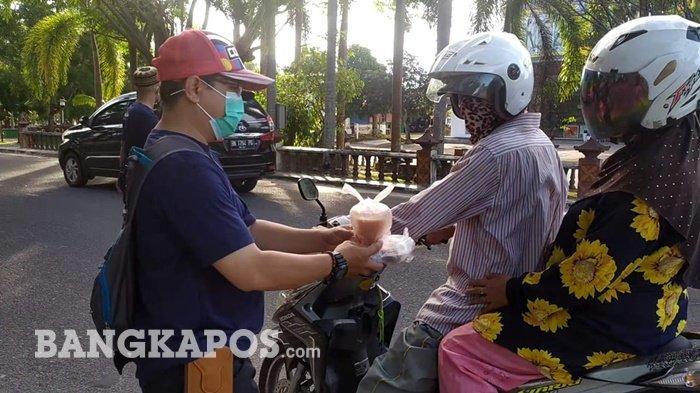 Ikatan Urang Bangka di Belitung Timur Bagi Takjil dan Sembako Gratis ke Warga
