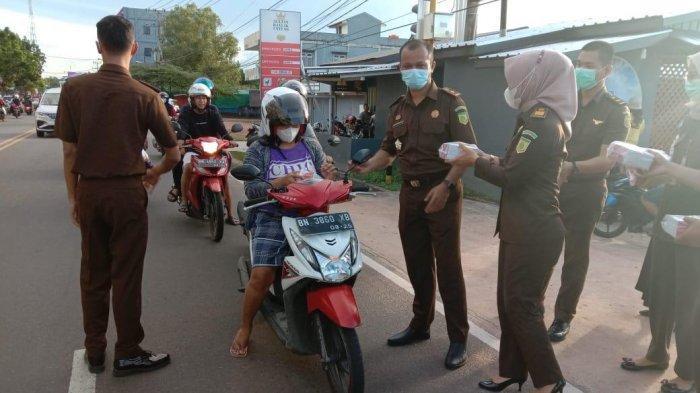 Jaksa Belitung Timur Sosialisasi e-Tilang Sekaligus Bagi-bagi Takjil kepada Pengendara