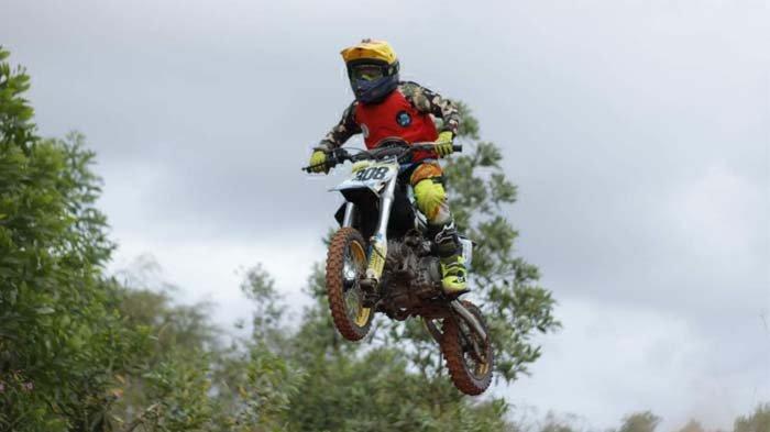 Keane Hideto alias Ken Ken, ketika berpacu dengan motor cross mini miliknya.