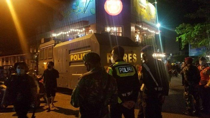 Personel Pospam Bundaran Tugu Satam Dan Sat Sabhara Bubarkan Kerumunan di Jalan Endek