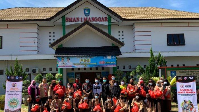 Bantu Sesama Umat Manusia, SMA N 1 Manggar Bagi 300 Paket Bapok