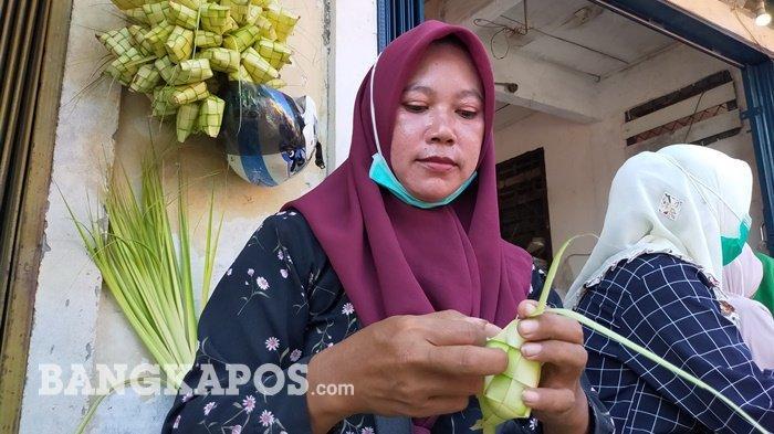 Kisah Fitri, Belasan Tahun Dagang Ketupat, Omset Meningkat Jelang Idul Fitri