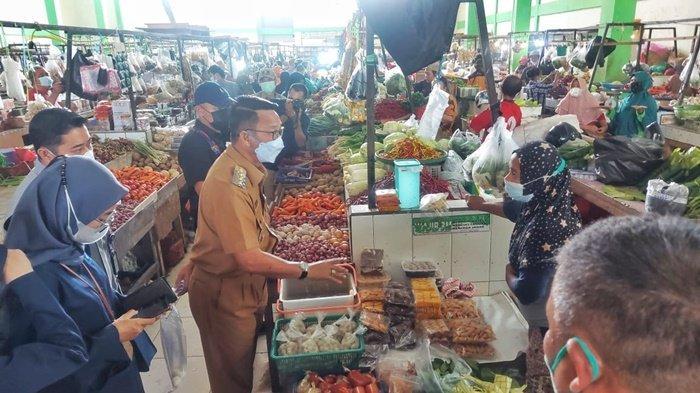 Bupati, Wakil Bupati, dan forkopinda Belitung Timur saat meninjau Pasar Tradisional Lipat Kadjang Manggar, Senin (10/5/2021)