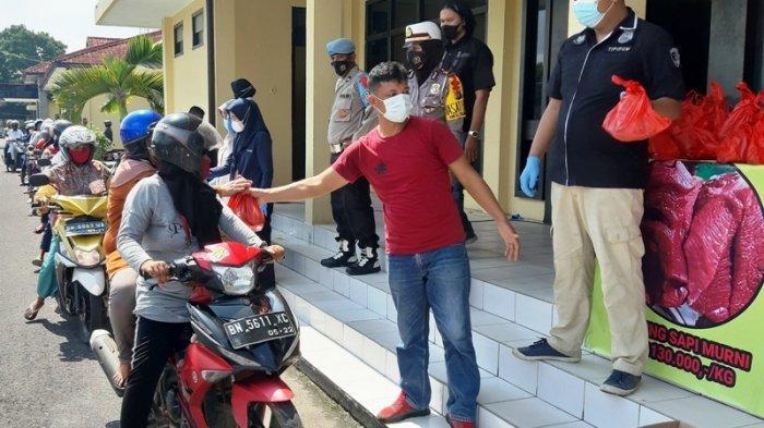 Panas-panasan Mengantre, Dewi Bersyukur Dapat Daging Segar Harga Rp130 Ribu Untuk Lebaran