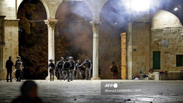 Pasukan keamanan Israel dikerahkan di tengah bentrokan dengan pengunjuk rasa Palestina di kompleks masjid al-Aqsa di Yerusalem, pada 7 Mei 2021.
