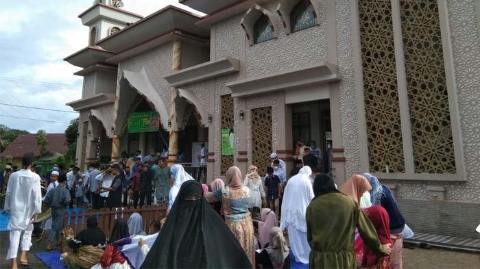 Suasana pelaksanaan Salat Id di Masjid Nurul Huda.