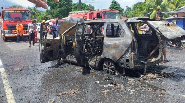 Petugas damkar BPBD Belitung memadamkan mobil yang terbakar di Jalan Raya Air Merbau, Kecamatan Tanjungpandan, Kabupaten Belitung, Jumat (14/5/2021).
